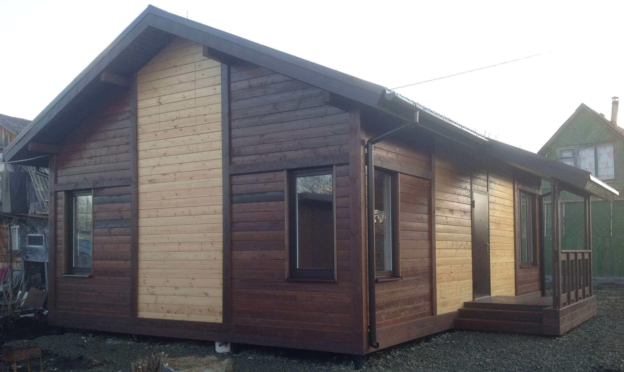 Строительство дома из деревянных щитов.